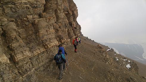 گروه کوهنوردی پرسون - حرکت از کنار تیغه های بلند قله بند عیش