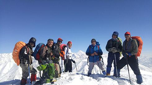 گروه کوهنوردی پرسون - بر فراز قله دارآباد - چشم انداز قله دماوند