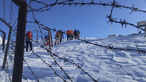 گروه کوهنوردی پرسون - رسیدن به خط الرأس دارآباد و سیم خاردارهای پادگان